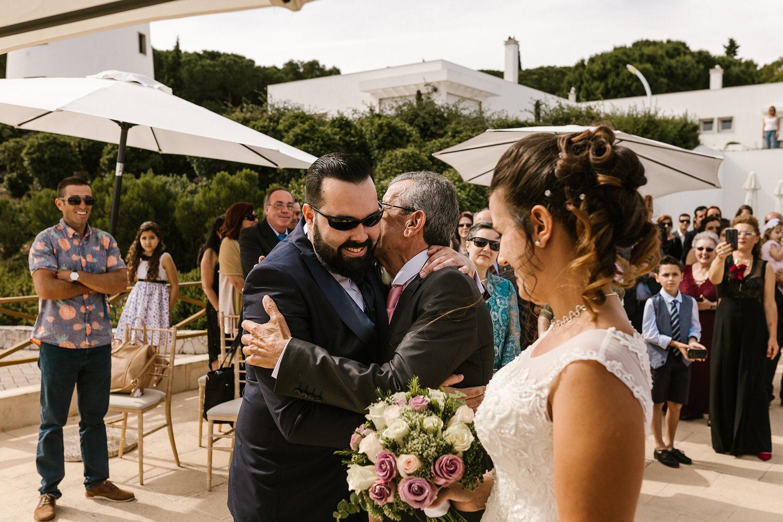 foto emocional entre noivo e pai da noiva