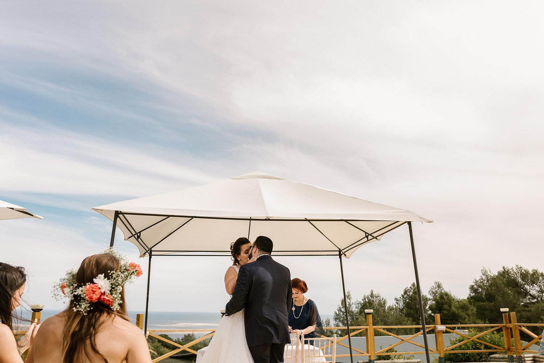 beijo dos noivos com vista para o mar