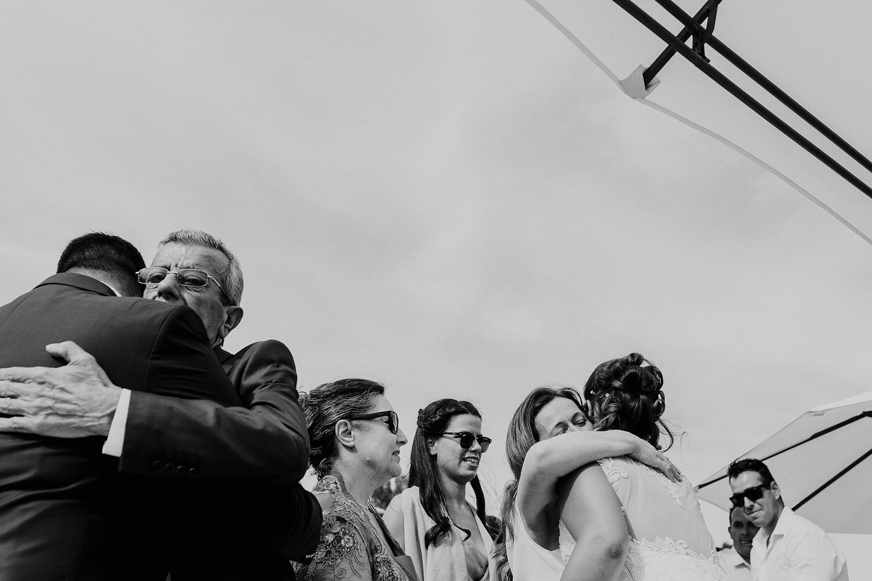 abraços entre familia em casamento