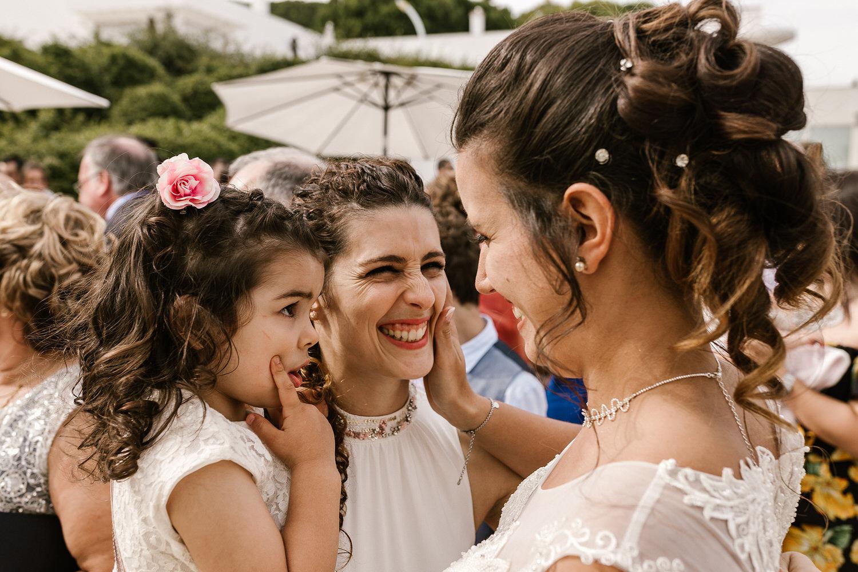 sorrisos de noiva e convidados