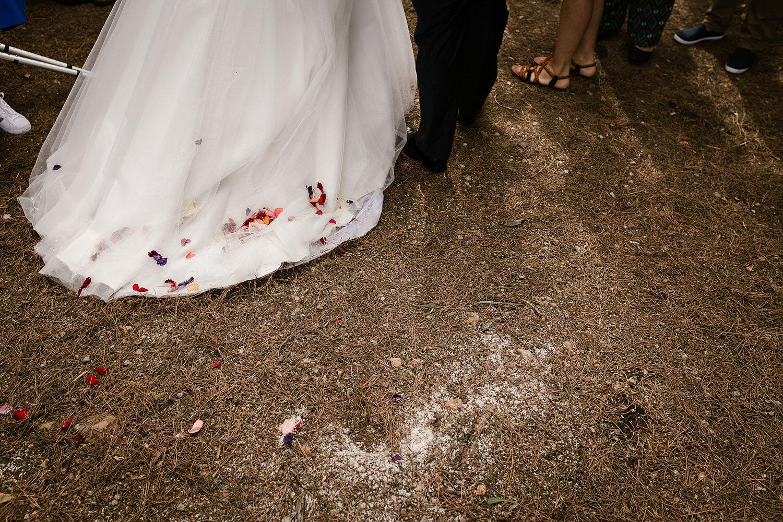 vestido de noiva coberto de petalas