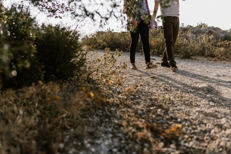 jovens namorados a passear