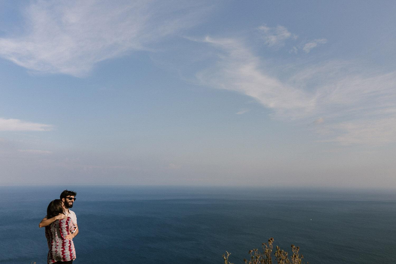 retrato de futuros noivos com vista para o mar