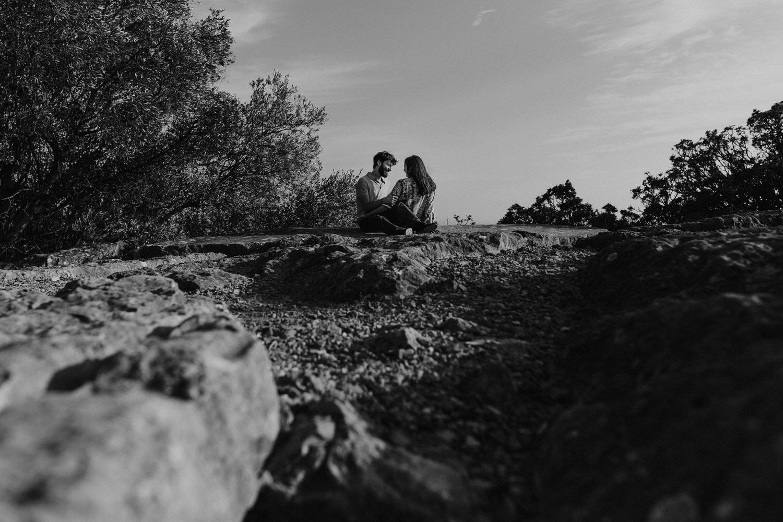 fotografia a preto e branco de namorados sentados em Setúbal