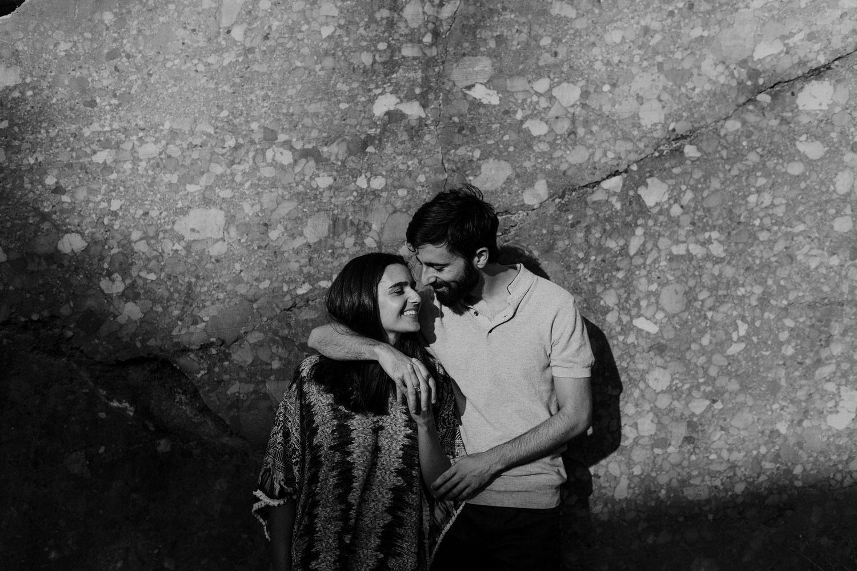 fotografia a preto e branco de futuros noivos apaixonados