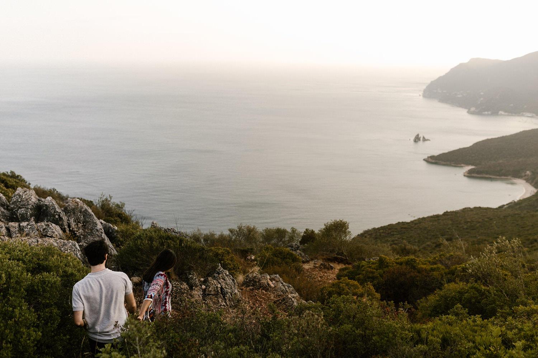 namorados aventureiros a passear pela natureza portuguesa