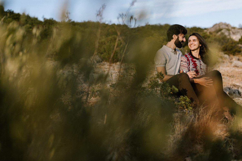 retrato artístico e natural de um casal jovem