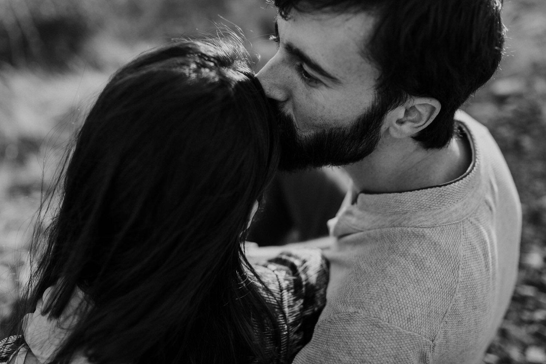rapaz beija a cabeça da namorada numa sessão de noivado