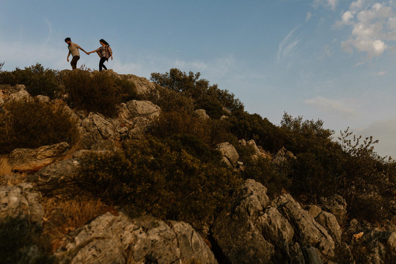 namorados aventureiros a subir a serra da Arrábida
