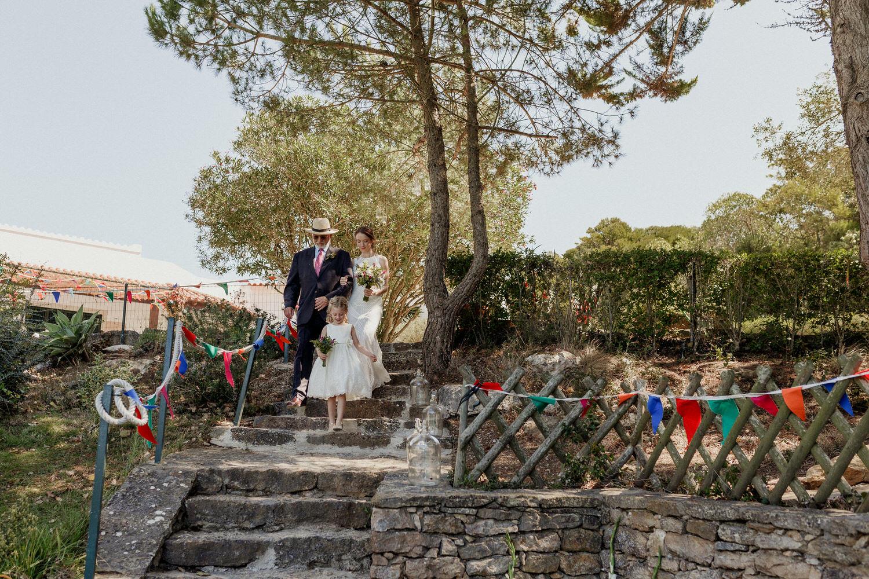 chegada da noiva com o seu pai e a menina das alianças
