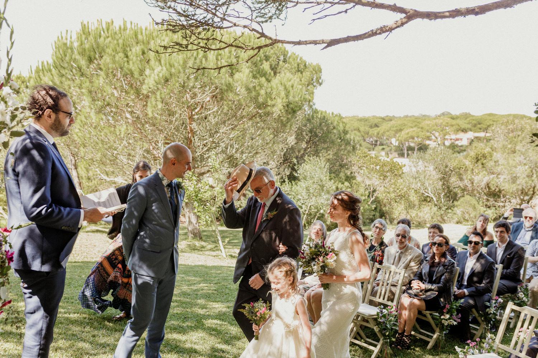 pai da noiva entrega a filha ao noivo