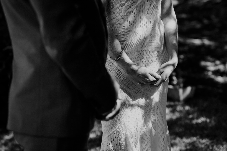 promenores das mãos dos noivos