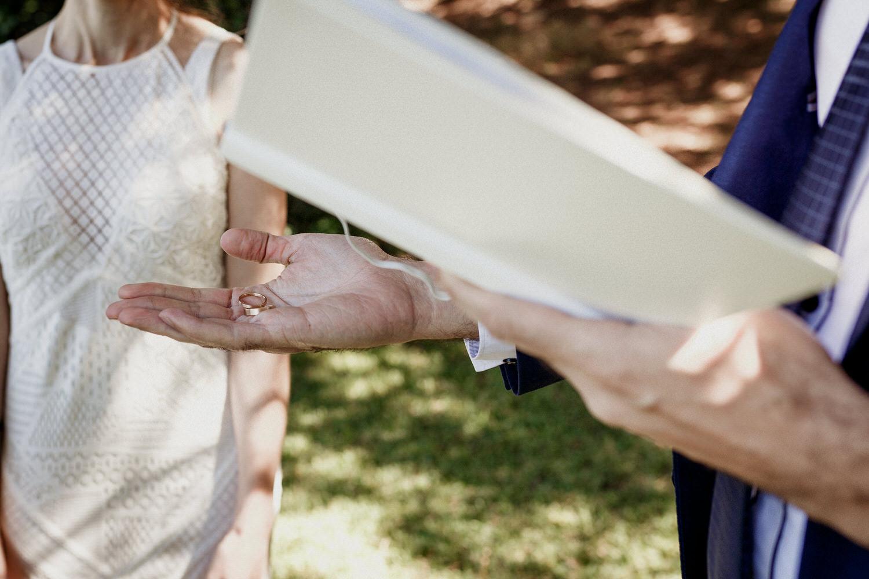 celebrante a segurar em alianças de casamento