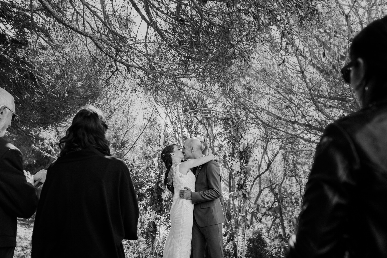 noivos a dar um beijo no final da cerimónia de casamento