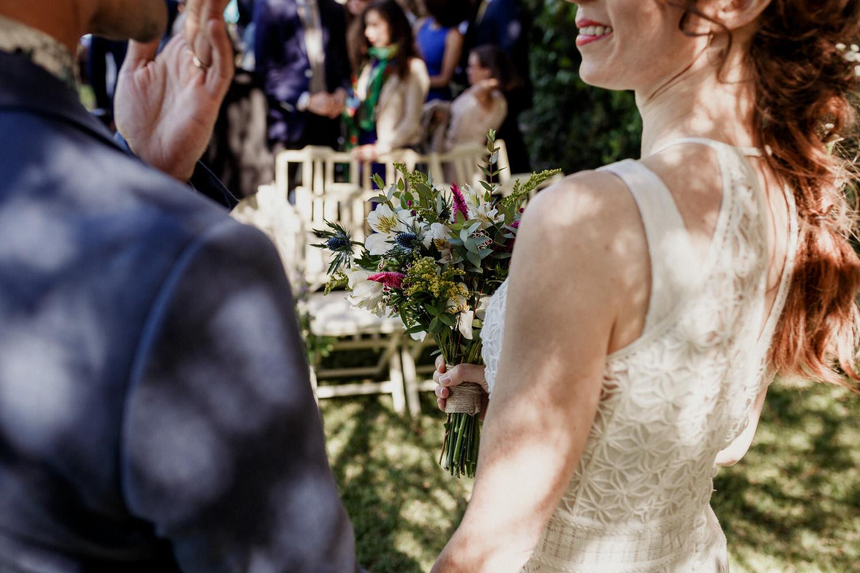 promenores de noivos a sorrir