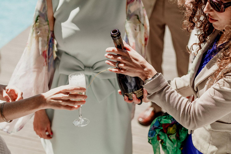 noiva a segurar na taça de champanhe