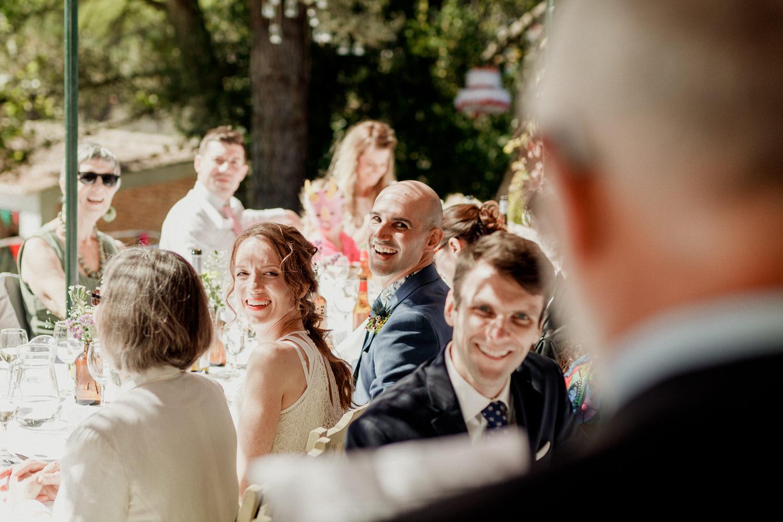 noivos a sorrirem durante o discurso