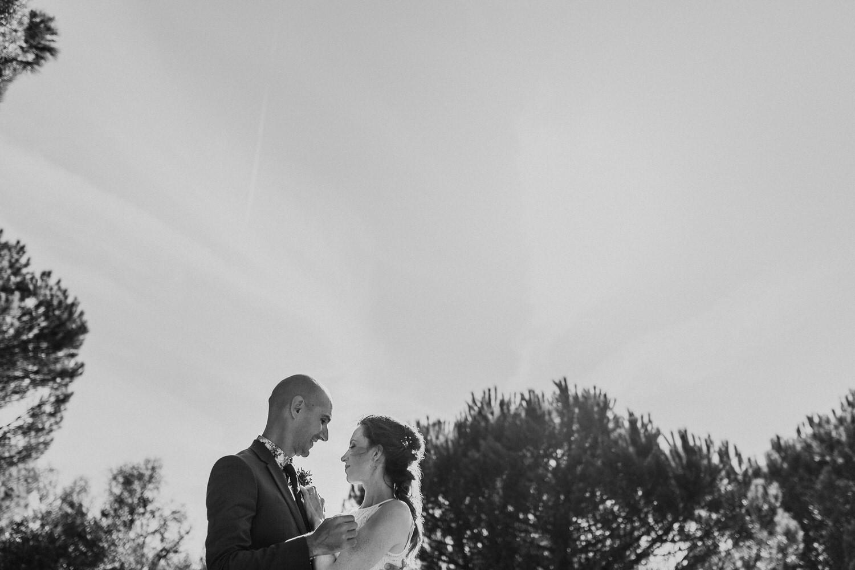retrato dos noivos a preto e branco num lindo dia de verão em Sintra