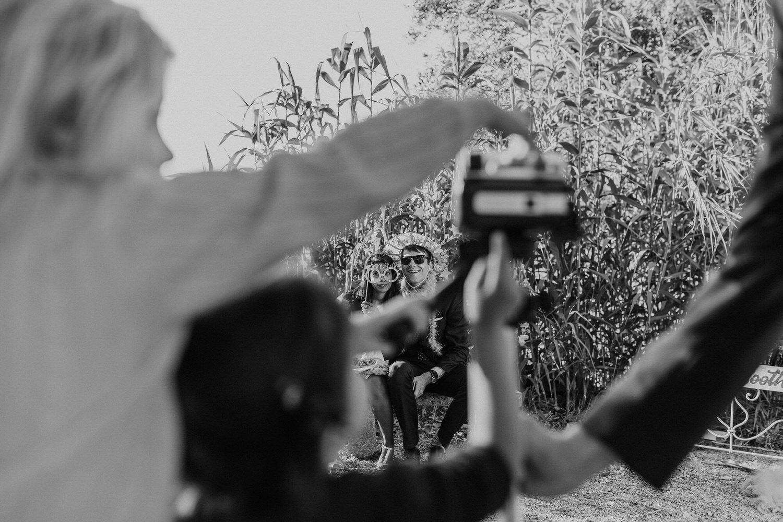 convidados de casamento a divertirem-se no photobooth