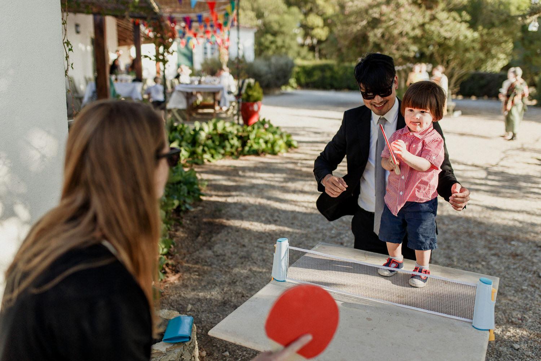 criança a jogar ping pong com os pais em air bnb em Gouveia, sintra