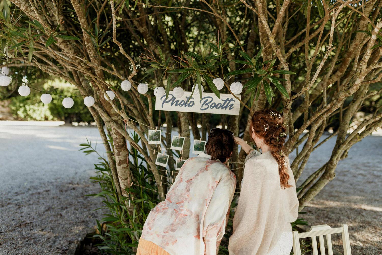noiva e amiga a verem polaroids tiradas no dia do casamento