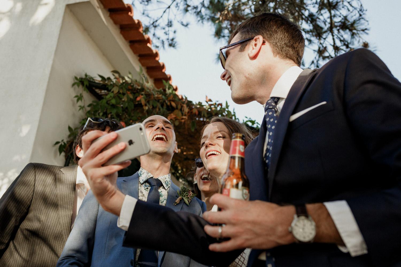pessoas a rir com momentos divertidos de casamento