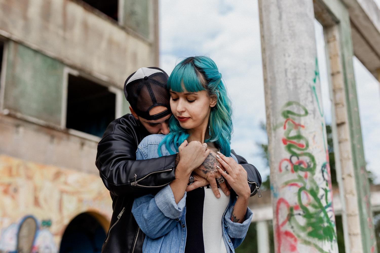 namorados com tatuagens abraçados