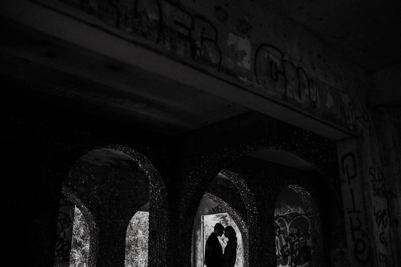 silhueta  a preto e branco de noivos