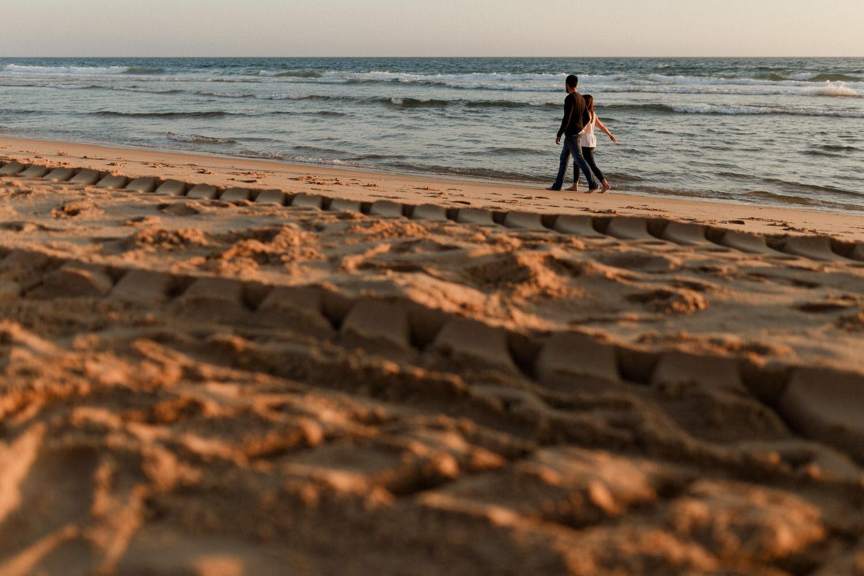 passeio de namorados perto da água em sessão na praia