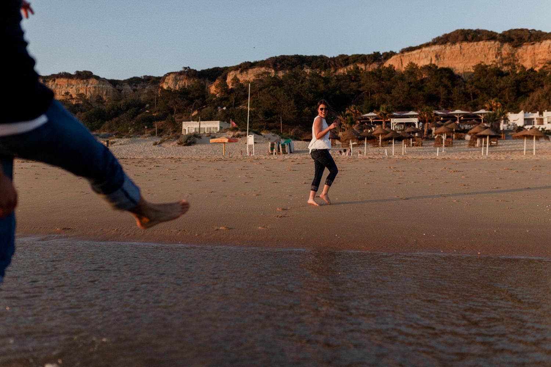 namorado chuta água da praia em brincadeira de namorados