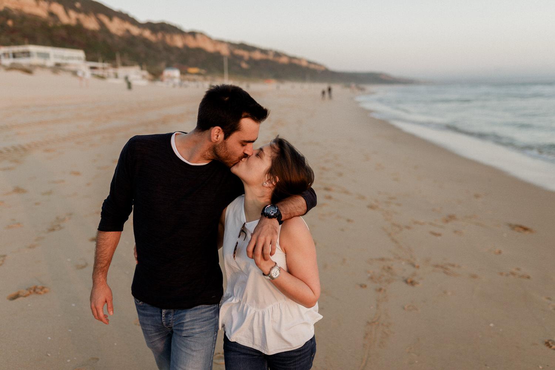 namorados passeiam enquanto dão um beijo