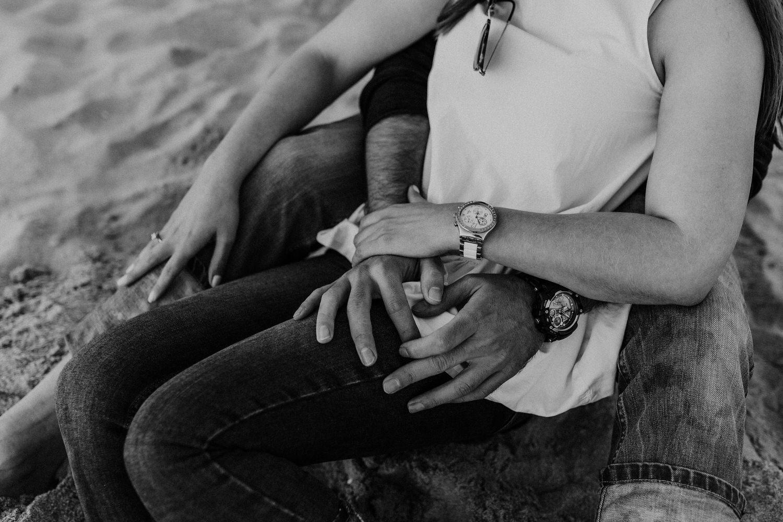 pormenores de mãos de namorados apaixonados na praia