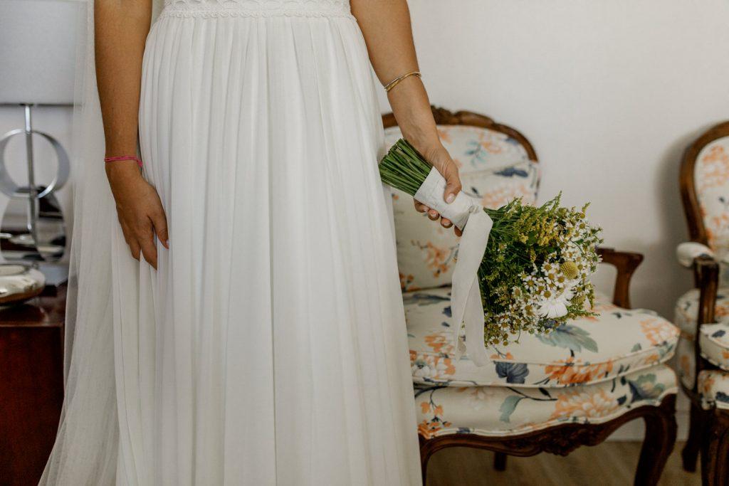 vestido de noiva e ramo de flores da empresa flores com graça