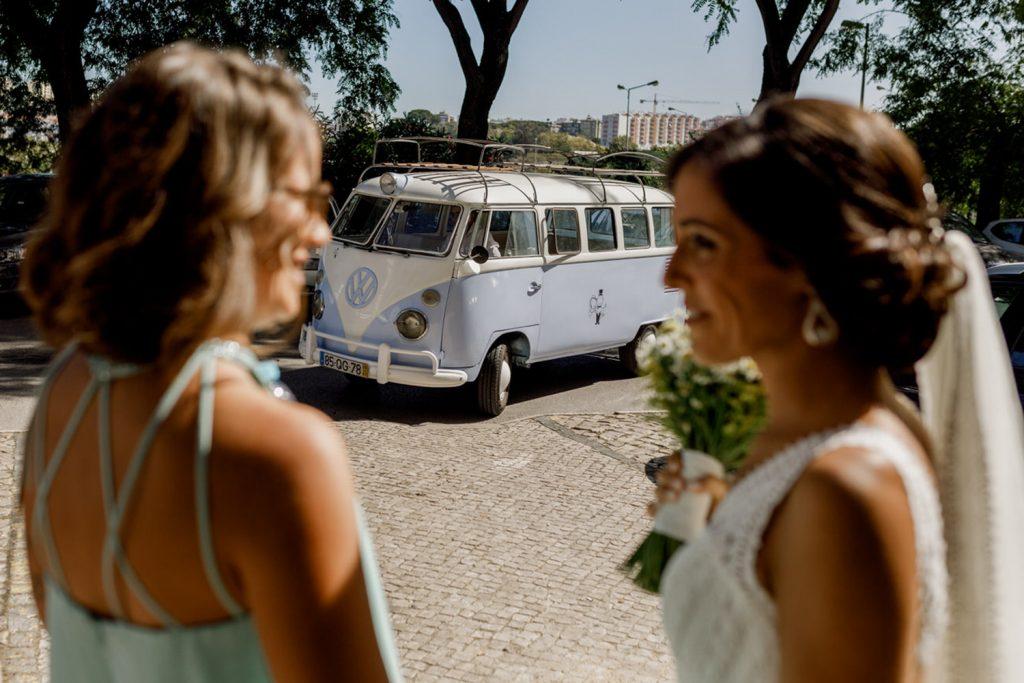 carro dos noivos chega a casa da noiva em Almada
