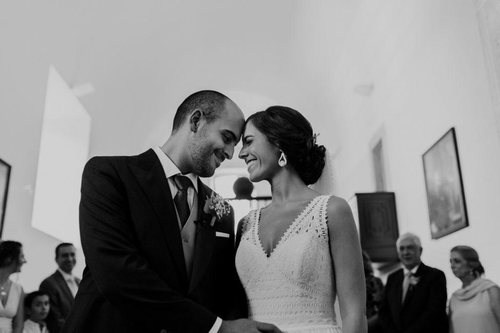 noivos encostam as testas carinhosamente durante a cerimónia do casamento