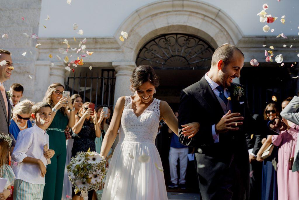 noivos sorridente na saída da cerimónia de casamento