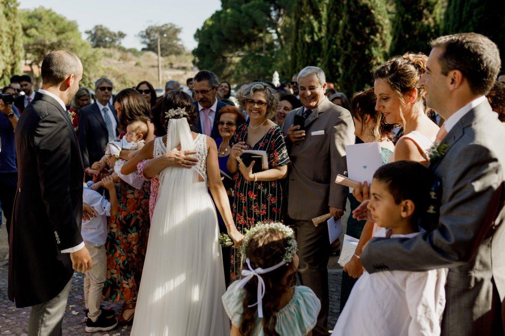 noiva abraça convidados à porta do convento dos capuchos