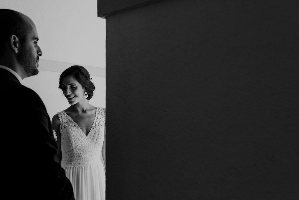 noivos sorridentes na sessão de fotografias do casamento