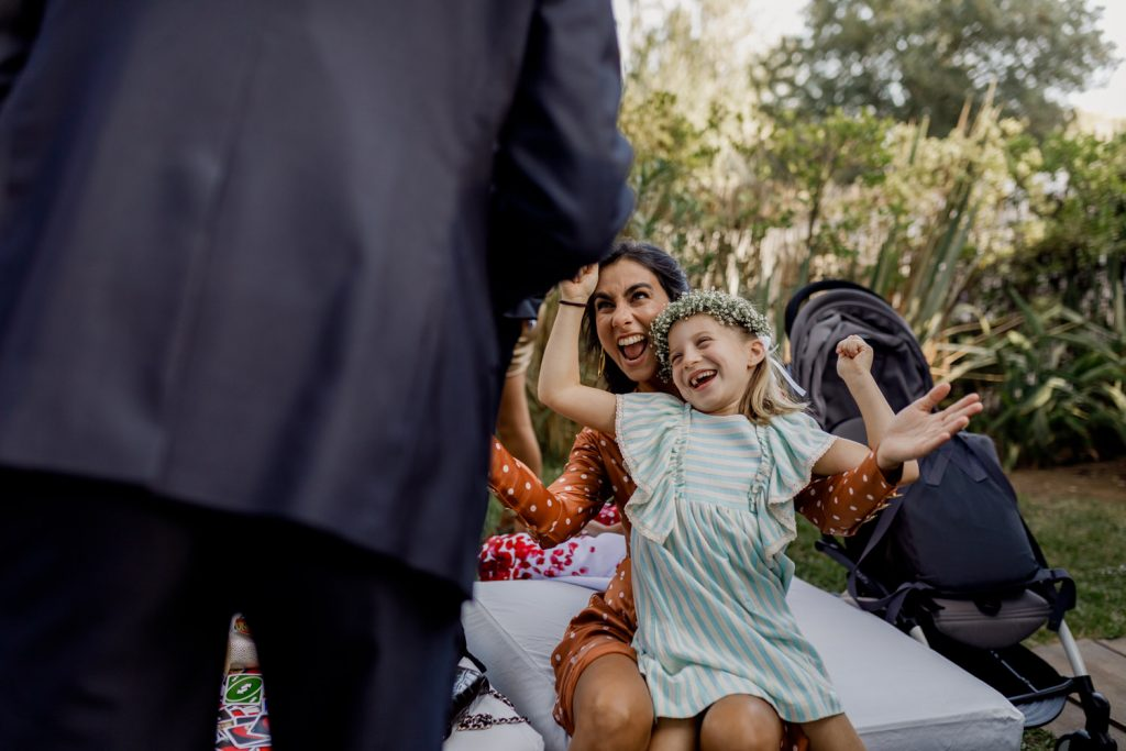 convidados do casamento a divertirem-se no jardim do espaço caiado