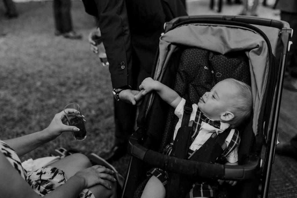 criança a brincar com pai durante o cocktail