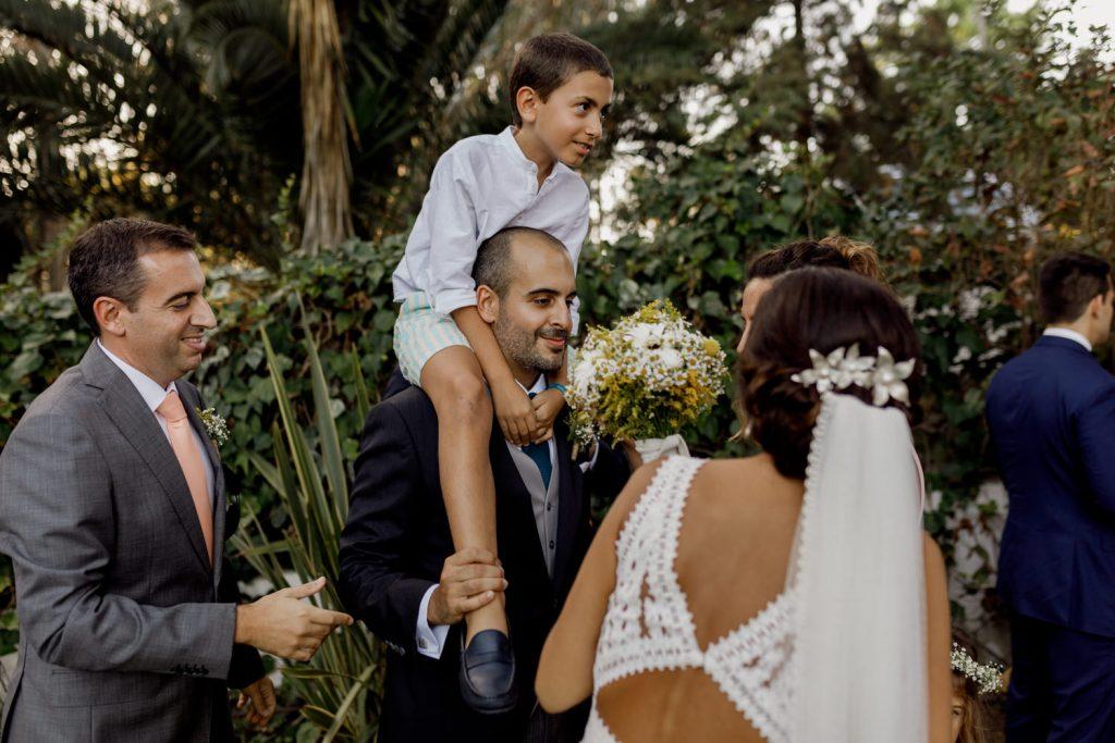 noivo leva sobrinhos nos ombros durante o cocktail no dia do casamento