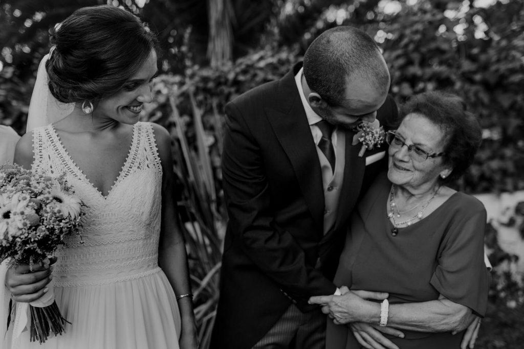 noivo abraça avó na quinta de casamentos espaço caiado, na sobreda