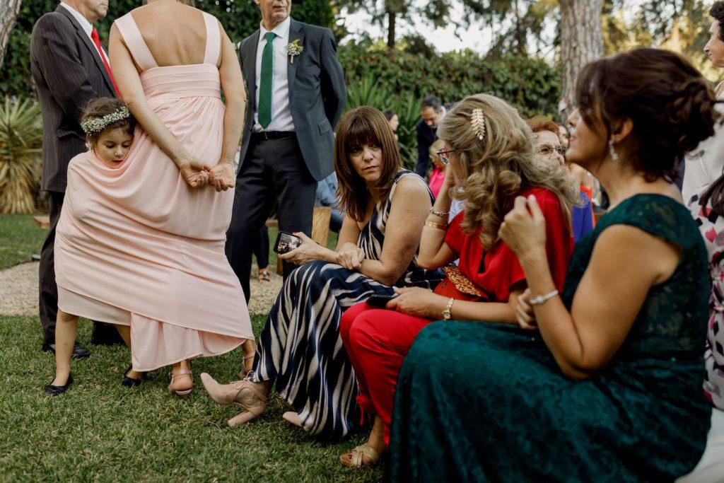 menina das alianças enrola-se no vestido da mãe