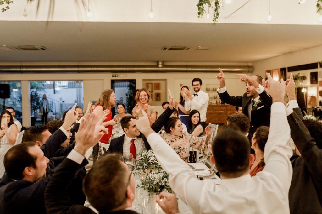 convidados celebram a chega do noivo para a refeição