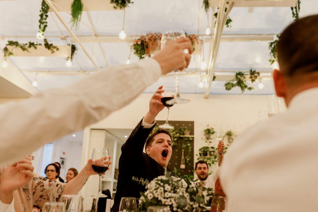 brinde durante o almoço do dia de casamento numa quinta de casamentos na sobreda