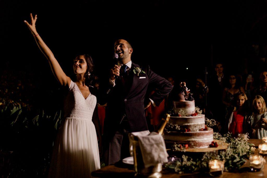 noivos discursam antes de cortar o bolo