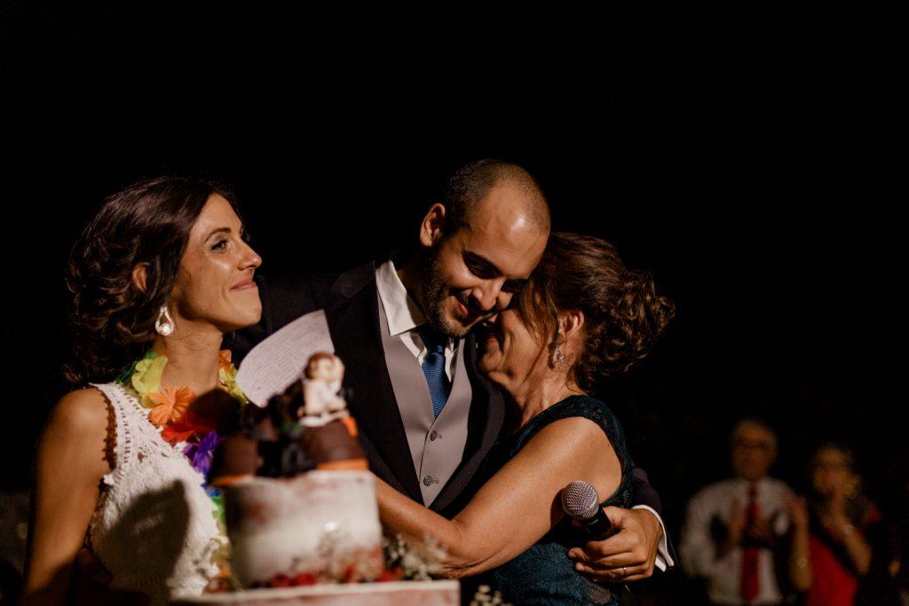 mãe do noivo dá um abraço emotivo enquanto noiva chora