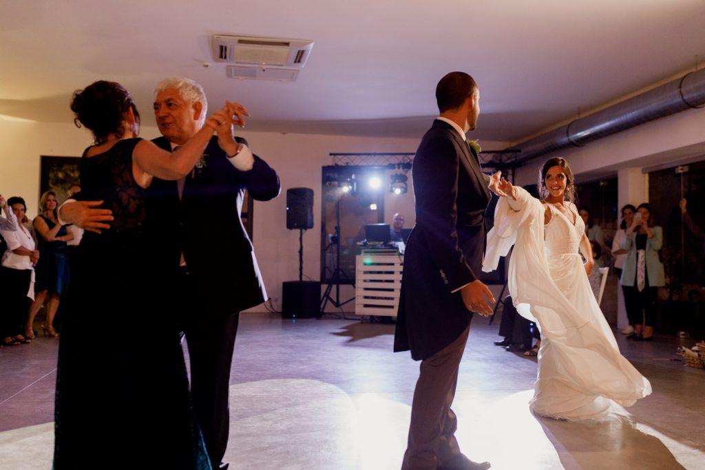 noivos e os seus pais a abrirem a pista de dança