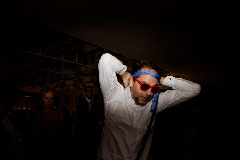 convidado do casamento com a gravata na cabeça