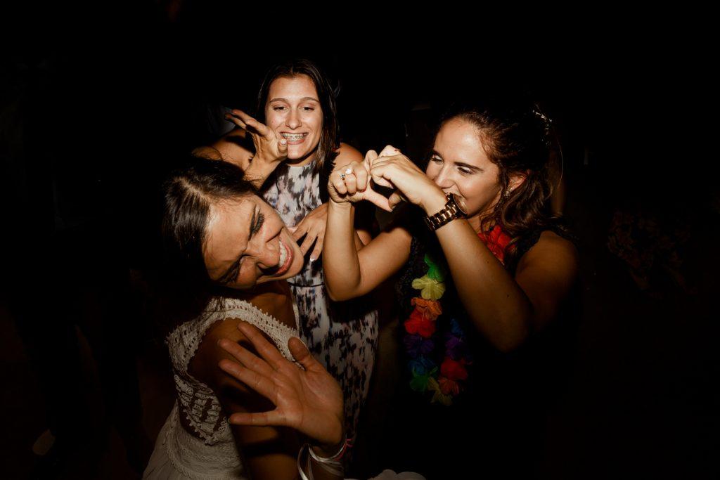 noiva e amigas dançam durante a festa